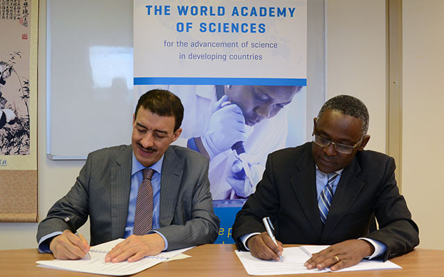 His Excellency Dr. Bandar Hajjar (left), president of the Islamic Development Bank, joined with TWAS Executive Director Romain Murenzi to sign a memorandum of understanding to support joint activities.