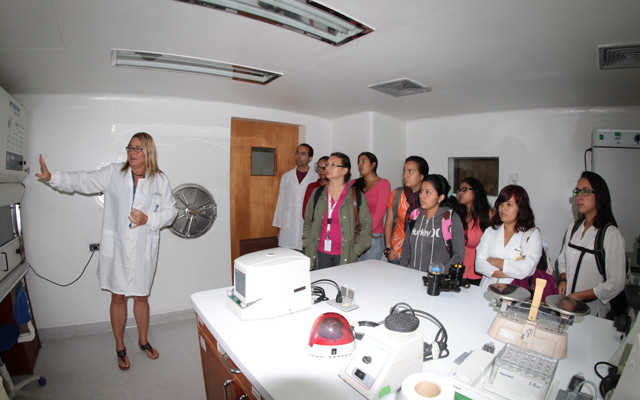Flor Pujol, a microbiologist from Venezuela, teaching biosecurity to some students. (Photo: Marie Fuzeau, IVIC).
