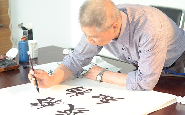 Zeng Qing-cun's brush strokes tell a story about the importance of science and research.