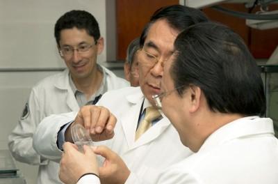 Bai Chunli observing samples at the Balsa de los sapos during his visit to Ecuador in November 2013.